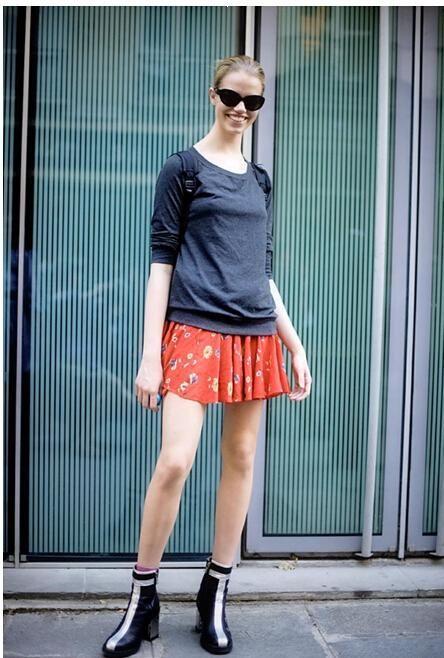 夏日长腿少女搭配法:纯棉T+超短裙